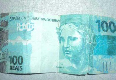 Homens são presos após fazerem compra com nota de 100 reais falsa